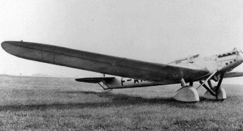 """Le Dewoitine D-33 """"Trait d'Union"""" que pilota Marcel Doret et dont il fut le seul rescapé sur un équipage de trois aviateurs. L'appareil s'écrasa en Sibérie après avoir parcouru plus de 10 000 km."""